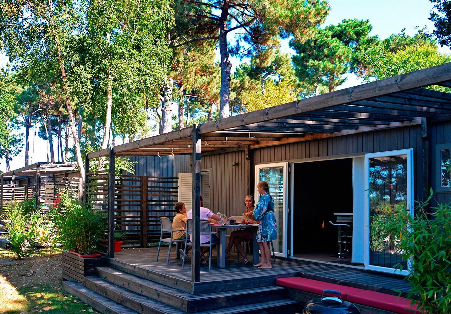 Petit déjeuner en terrasse du cottage Premium Zen ©