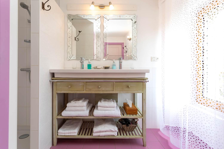 Salle de bains - Chambre de Léa -La Romantique ©